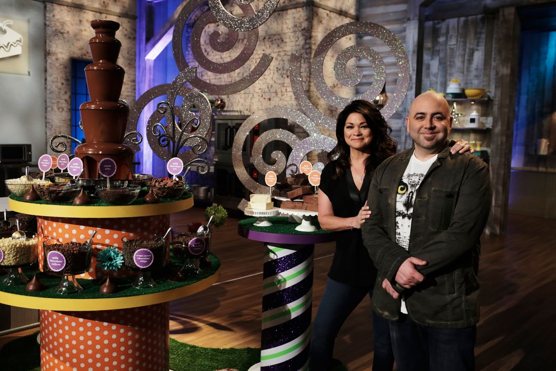 Diese Woche wird es heiß bei Valerie Bertinelli (l.) und Duff Goldman (r.), denn die verbliebenen Bäcker sollen ihre Schokoladenkreationen mit Chili... - Bildquelle: Adam Rose 2015, Television Food Network, G.P.  All Rights Reserved.