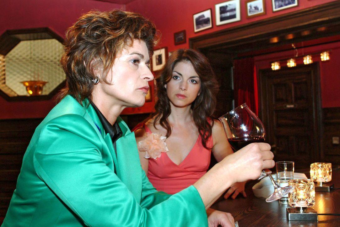 Als sie ihre Mutter Sophie (Gabrielle Scharnitzky, l.) einsam und Rotwein trinkend im Wolfhardts antrifft, beginnt Mariella (Bianca Hein, r.) sich e... - Bildquelle: Monika Schürle SAT.1 / Monika Schürle