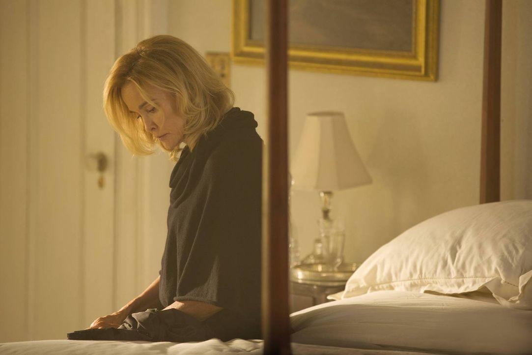 Ihre eigene gesundheitliche Situation und die neue Kraft ihrer Tochter bereiten Fiona (Jessica Lange) einige Sorgen ... - Bildquelle: 2013-2014 Fox and its related entities. All rights reserved.