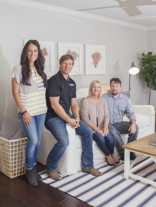 Dieses Mal haben es sich die Renovierungsprofis Joanna (l.) und Chip (2.v.l.) zur Aufgabe gemacht, dem Paar Chris (r.) und Lindy (2.v.r.) ein Traum-... - Bildquelle: jennifer boomer 2015, HGTV/ Scripps Networks, LLC.  All Rights Reserved.