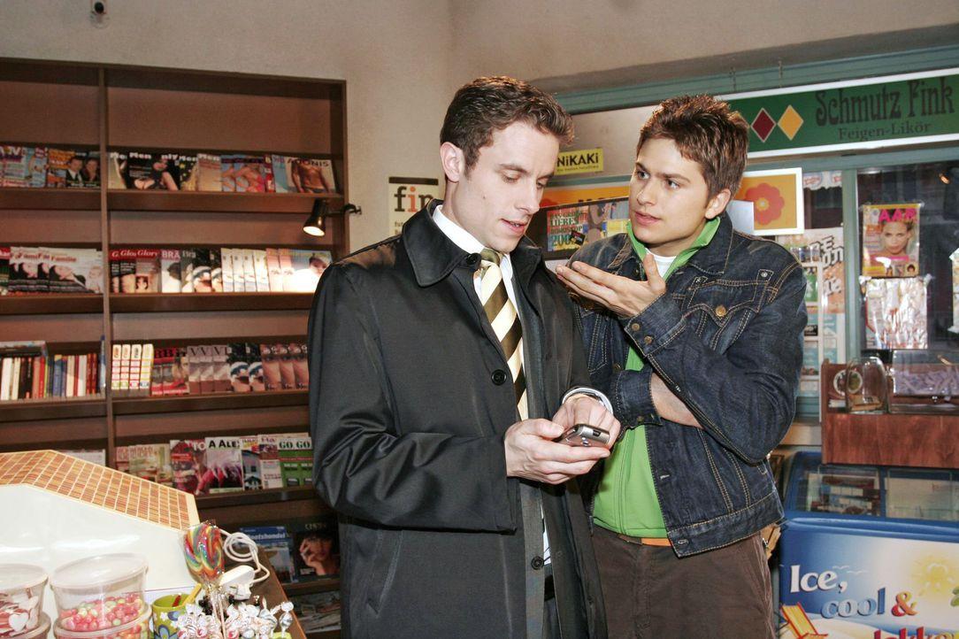 Max (Alexander Sternberg, l.) gibt sich gegenüber Timo (Matthias Dietrich, r.) zuversichtlich, dass sich sein teuer geliehenes Kapital durch seine A... - Bildquelle: Noreen Flynn SAT.1 / Noreen Flynn