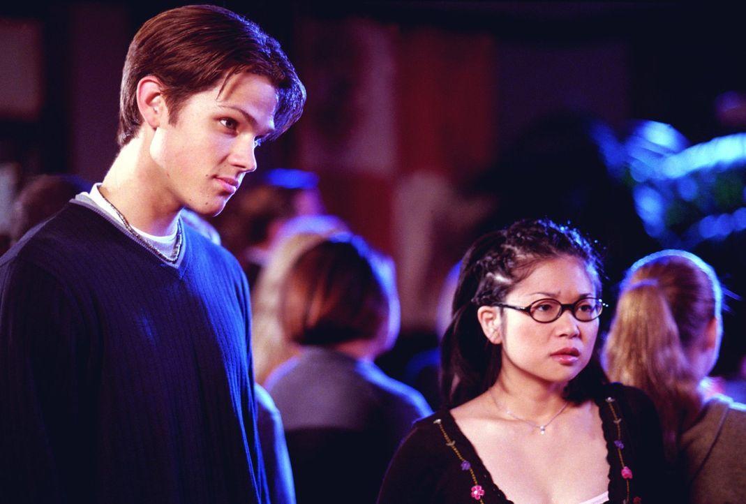 Während Lorelai von Sookie eine brisante Information bezüglich Luke erhält, sind Dean (Jared Padalecki, l.) und Lane (Keiko Agena, r.) über Rorys Ro... - Bildquelle: 2001 Warner Bros. Entertainment, Inc.