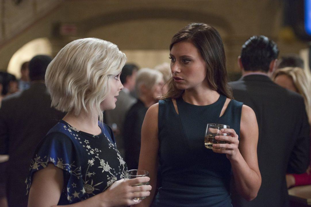 Das Hirn eines Spielmachers veranlasst Liv (Rose McIver, l.) dazu, jeden Schritt wie in einem Rollenspiel zu beschreiben. Unterdessen erhält Peyton... - Bildquelle: 2017 Warner Brothers