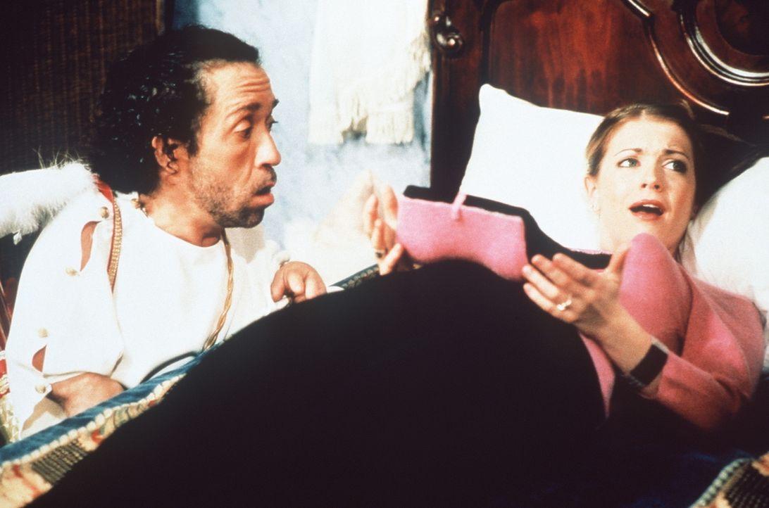 Roland (Phil Fondacaro, l.) versucht, Sabrinas (Melissa Joan Hart, r.) Herzschmerz zu lindern ... - Bildquelle: Paramount Pictures