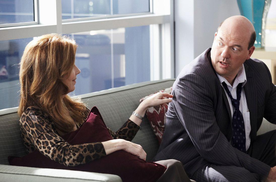 Als Megan (Dana Delany, l.) feststellt, dass sie viel zu oft und viel zu lange in ihre Arbeit vertieft ist und sie dadurch kaum etwas von ihren Koll... - Bildquelle: ABC Studios