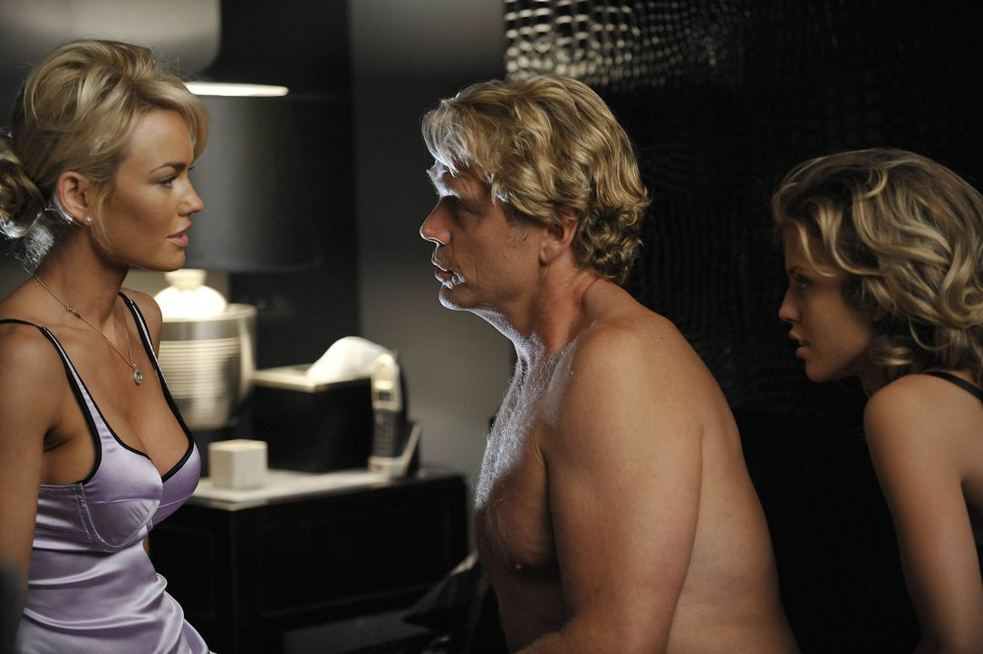 Kimber (Kelly Carlson, l.) weiß nicht, wie ihr geschieht, als Ram (John Schneider, M.) sie rauswirft, da sie ihm zu alt ist und er nun mit Eden (An... - Bildquelle: Warner Bros. Entertainment Inc. All Rights Reserved.
