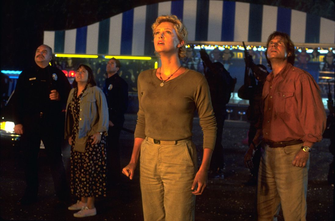 Jill (Charlize Theron, 2.v.r.) und Gregg (Bill Paxton, r.) können nicht glauben, was Gorilla Joe mitten in L.A. anrichtet ... - Bildquelle: Ron Batzdorff Disney Enterprises Inc.