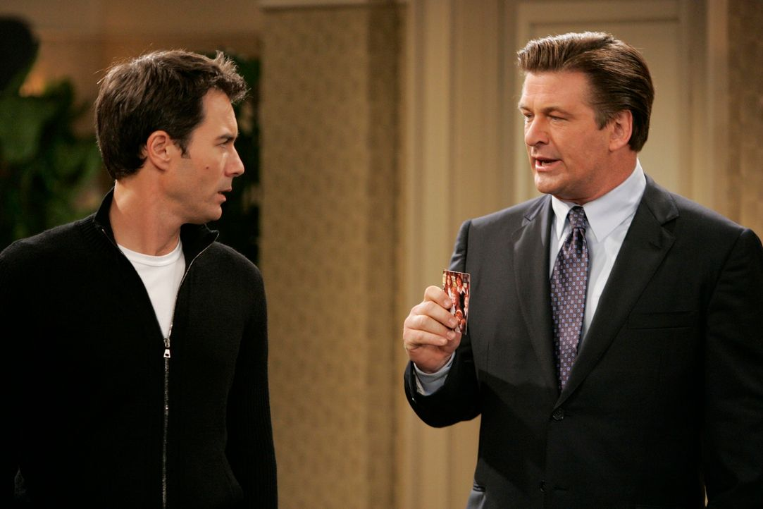 Männergespräche: Will (Eric McCormack, l.) und Malcom (Alec Baldwin, r.) ... - Bildquelle: NBC Productions