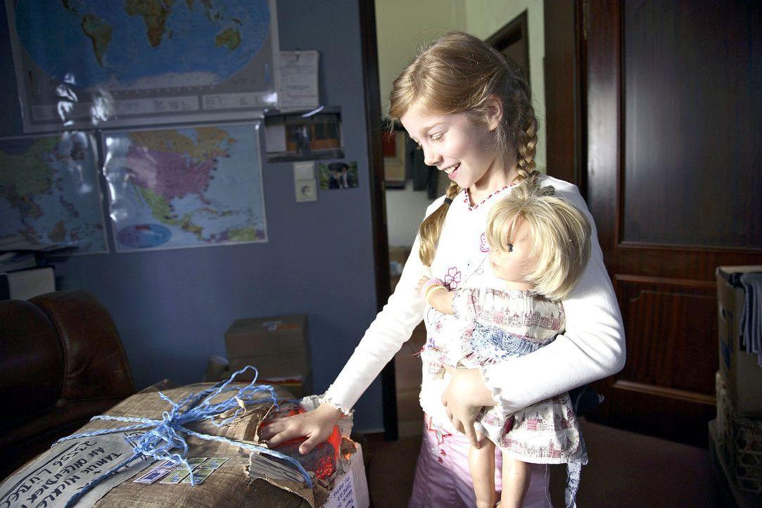 Als das Geburtstagsgeschenk von Onkel Mark aus der Südsee ankommt, ist Betty (Kara Mc Sorley) schon ganz neugierig und macht eine wundersame Entdeck... - Bildquelle: Michael Kohler Sat.1