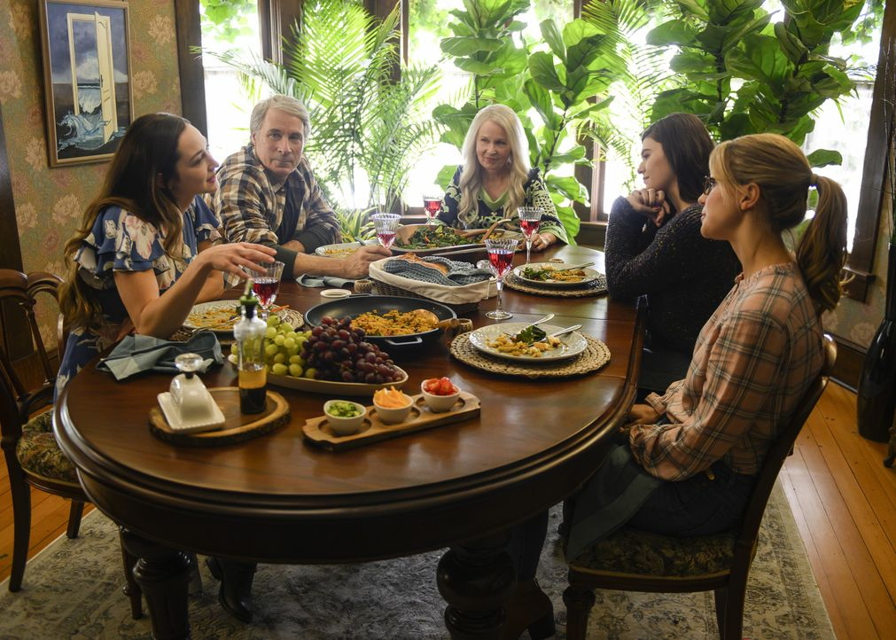 (v.l.n.r.) Maeve Nal (Hannah James); Paul Nal (Garwin Sanford); Isabel Nel (Kate Burton); Nia Nal (Nicole Maines); Kara (Melissa Benoist) - Bildquelle: Diyah Pera 2018 The CW Network, LLC. All Rights Reserved.