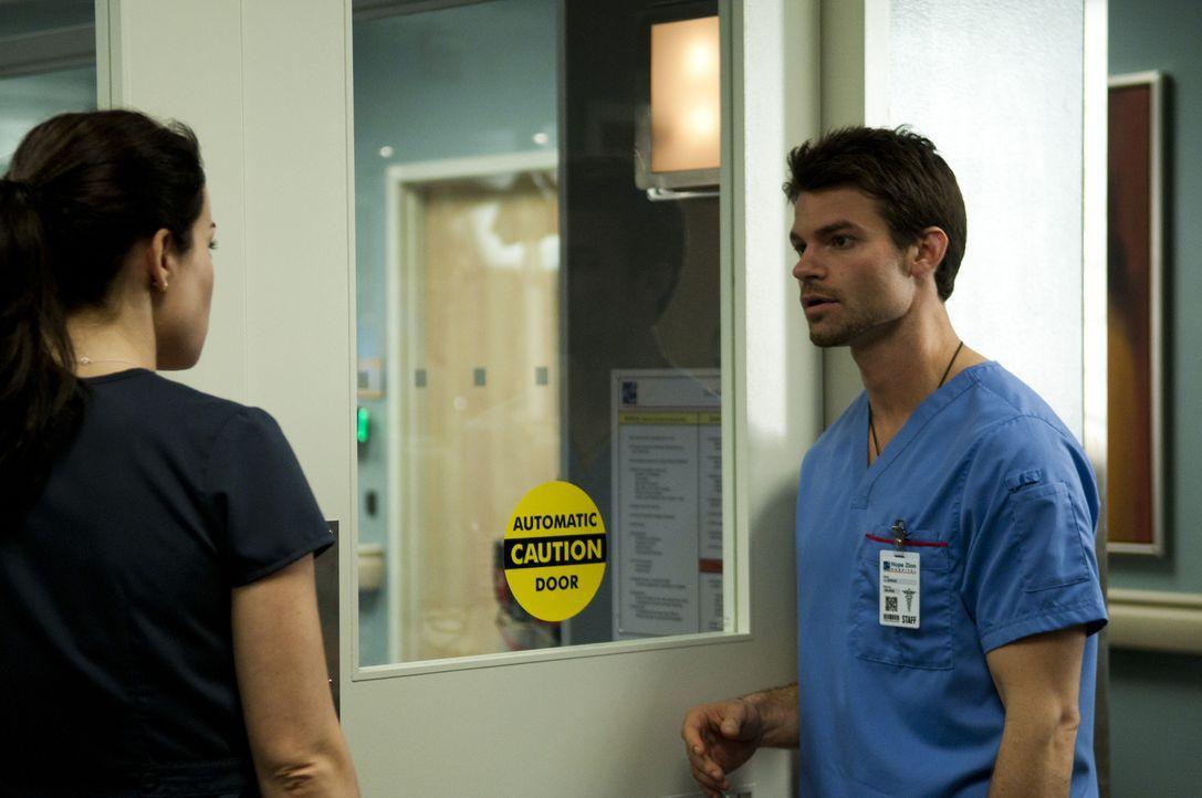 Dr. Joel Goran (Daniel Gillies, r.) hat Probleme mit einem Patienten, der sich weigert, medizinische Hilfe anzunehmen. Dr. Alex Reid (Erica Durance,... - Bildquelle: 2012  Hope Zee One Inc.