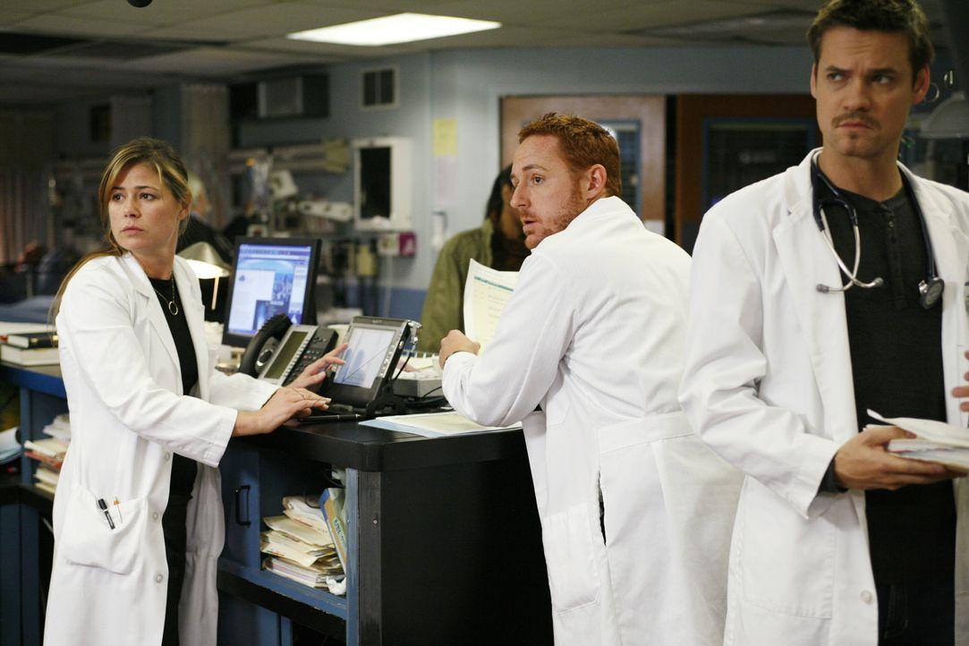 Können und wollen nicht glauben, dass Weaver das Krankenhaus verlassen wird: Abby (Maura Tierney, l.), Morris (Scott Grimes, M.) und Ray (Shane Wes... - Bildquelle: Warner Bros. Television