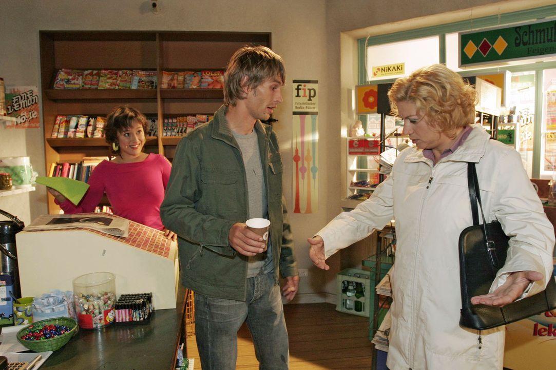 Agnes' (Susanne Szell, r.) Tag fängt nicht gut an, als ihr ein Unbekannter (Matthias Rott, M.) im Kiosk Kaffee über den Mantel gießt... - Bildquelle: Noreen Flynn Sat.1