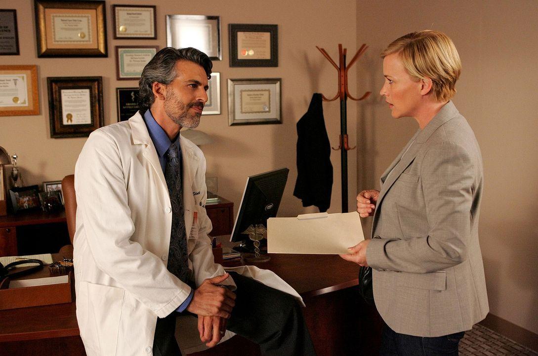 Allison (Patricia Arquette, l.) träumt, dass ihre schwer krebskranke Freundin Rosemary im Krankenhaus einem Verbrechen zum Opfer fällt. Da sie Deval... - Bildquelle: Paramount Network Television