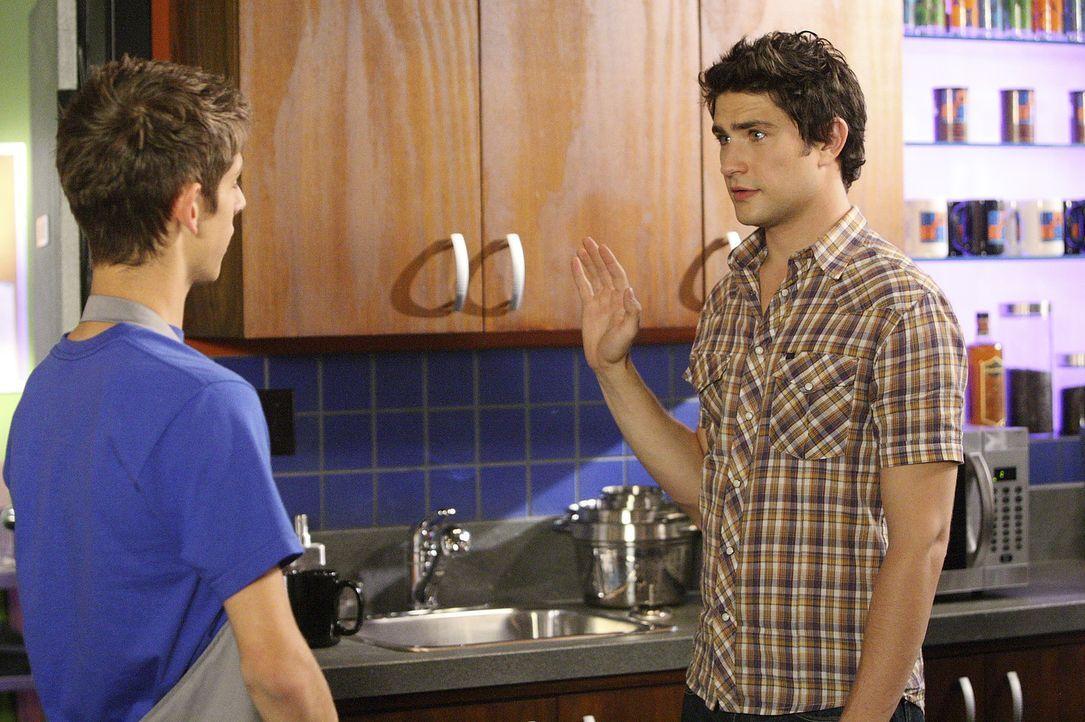 Josh (Jean-Luc Bilodeau, l.) ist verzweifelt und bittet Kyle (Matt Dallas, r.) um Hilfe, weil Geld in der Kasse vom Cafe fehlt ... - Bildquelle: TOUCHSTONE TELEVISION