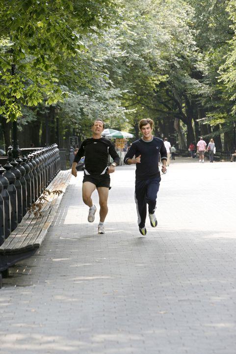 Ein sportliches Duo: Nate (Chace Crawford, r.) und sein Vater (Sam Robards, l.) messen gern ihre Kräfte ... - Bildquelle: Warner Brothers