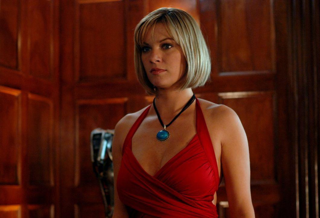 Wird Clark es schaffen, Simone (Nichole Hiltz) das Amulett abzureißen und somit wieder Kontrolle über sich selbst zu gewinnen? - Bildquelle: Warner Bros.