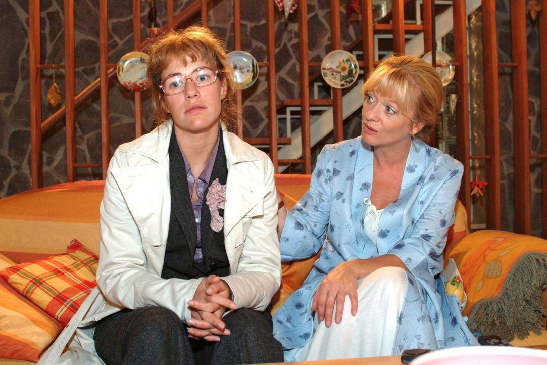 Helga (Ulrike Mai, r.) will von Lisa (Alexandra Neldel, l.) wissen, was los ist. Lisa grämt sich wieder um David, der sie nicht versteht. Dieses Fo... - Bildquelle: Monika Schürle Sat.1