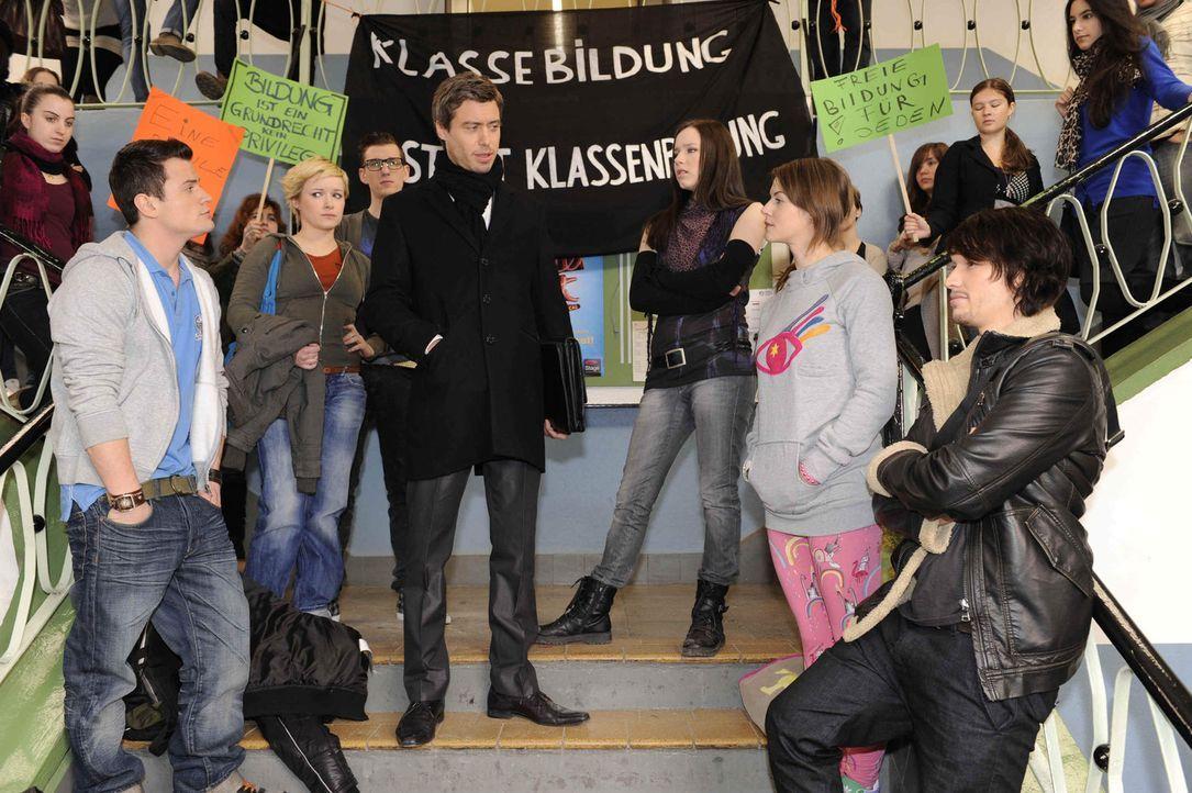 Julian (Sebastian Hölz, M.) reagiert mit Arroganz und Drohungen auf die streikenden Schüler: Timo (Rocco Stark), Emma (Kasia Borek), Hotte (Dennis... - Bildquelle: SAT.1