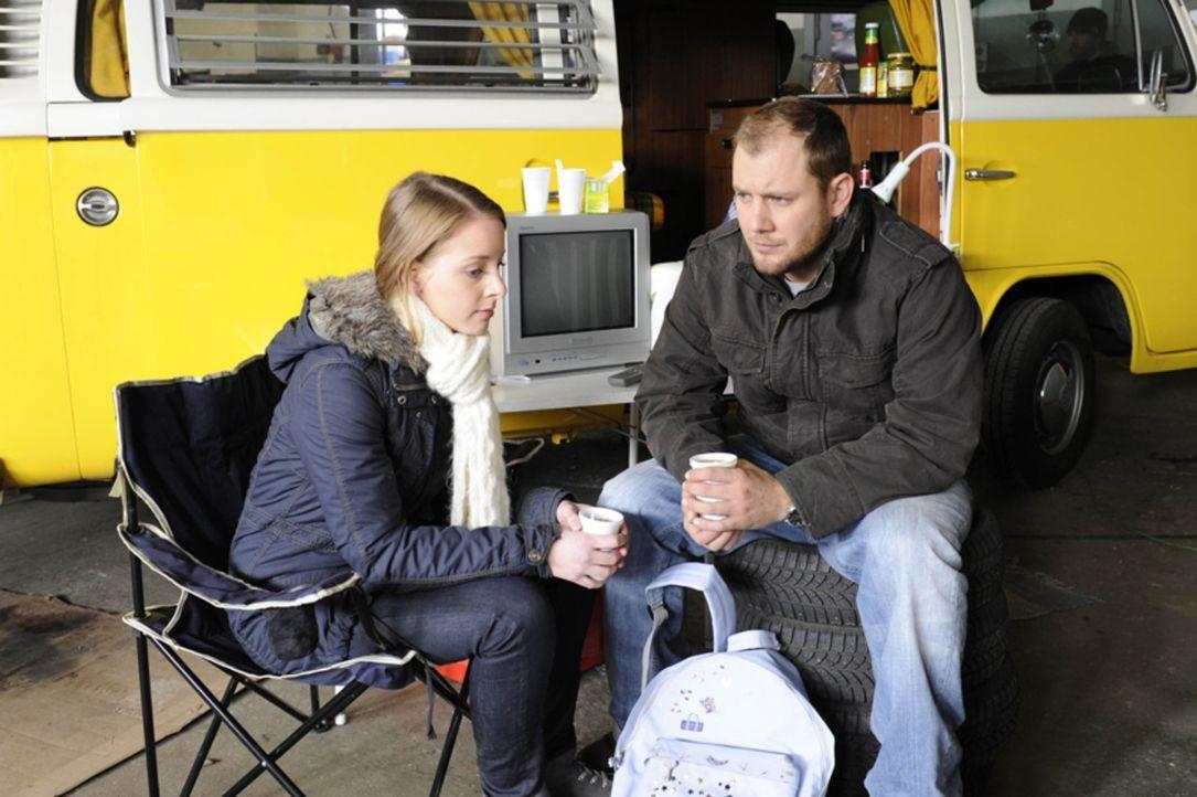 Lara (Amelie Plaas Link, l.) versucht Piet (Oli Petszokat, r.) etwas aufzumuntern. - Bildquelle: SAT.1