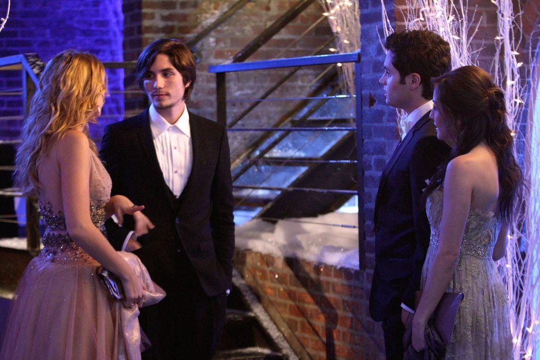 Der Snowflake Ball: Serena (Blake Lively, l.) geht mit Aaron (John Patrick Amedori, 2.v.l.) und Dan (Penn Badgley, 2.v.r.) mit Lexi (Natalie Kemp, r... - Bildquelle: Warner Brothers