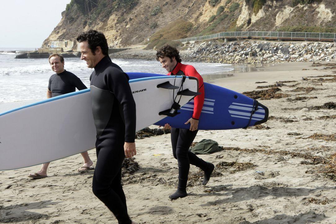 Der Weg der Wellen: Don (Rob Morrow, M.), Charlie (David Krumholtz, r.) und Larry (Peter MacNicol, l.) möchten den Mord an einem ehemaligen Profi-Su... - Bildquelle: Paramount Network Television