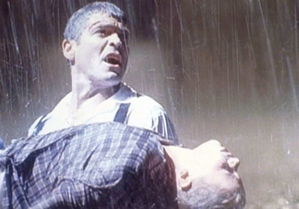 Dr. Ross (George Clooney, l.) rettet ein Kind vor dem sicheren Tod und wird zum Held des Tages. - Bildquelle: TM+  WARNER BROS.