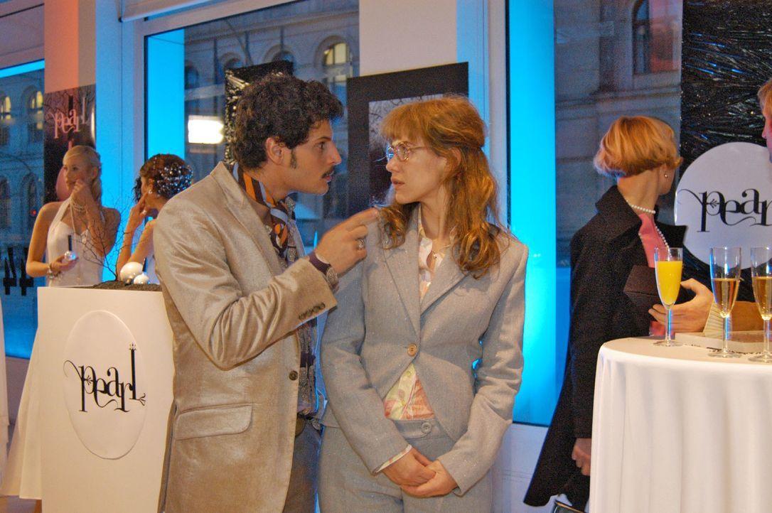 Rokko (Manuel Cortez, l.) fordert Lisa (Alexandra Neldel, r.) auf, nicht ständig über den abwesenden David zu sprechen. (Dieses Foto von Alexandra N... - Bildquelle: Monika Schürle SAT.1 / Monika Schürle