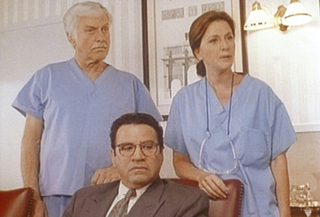 Briggs (Michael Tucci, M.), Dr. Sloan (Dick Van Dyke, l.) und die Ärztin Karen (Wendy Phillips, r.) werden beschuldigt, einen Kunstfehler begangen... - Bildquelle: Viacom