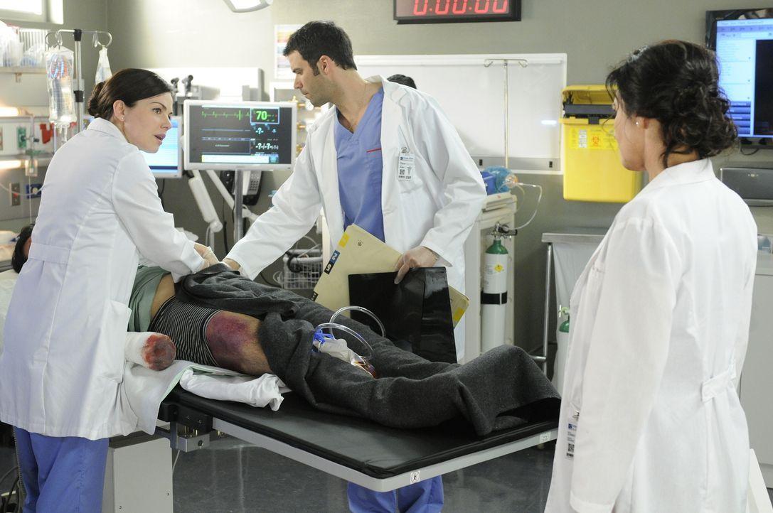 Zusammen mit Dr. Zachary Miller (Benjamin Ayres, M.) soll Alex (Erica Durance, l.) eine äußerst komplizierte Operation durchführen. Kann sie Dr. Dan... - Bildquelle: 2012  Hope Zee One Inc.