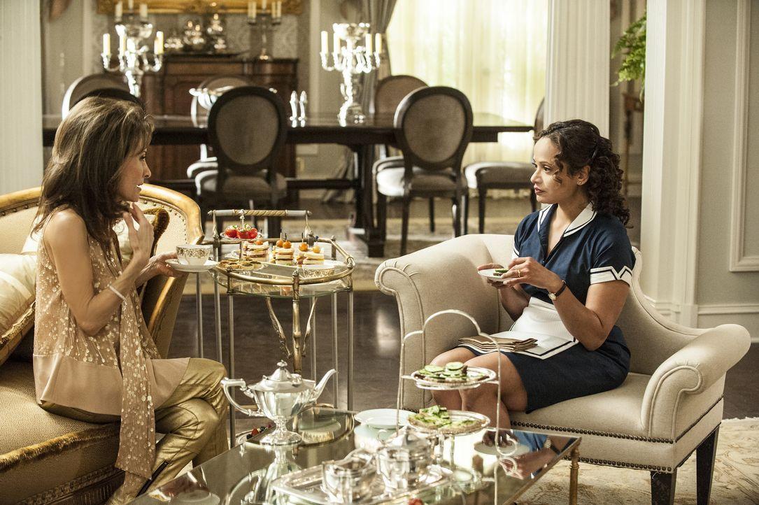 Genevieve (Susan Lucci, l.) unterbreitet Zoila (Judy Reyes, r.) ein Angebot: Sie möchte Valentinas Ausbildung bezahlen, wenn diese als Leihmutter he... - Bildquelle: ABC Studios