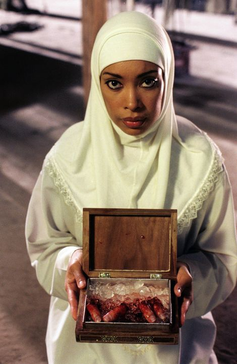 Aicha (Gina Torres) hält Ahmats Trophäen in der Hand ... - Bildquelle: Lions Gate Films