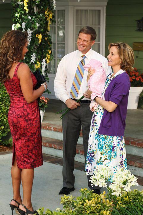 Ein freudiges Wiedersehen: Lynette (Felicity Huffman, r.), Tom (Doug Savant, M.) und Renee (Vanessa Williams, l.) ... - Bildquelle: ABC Studios