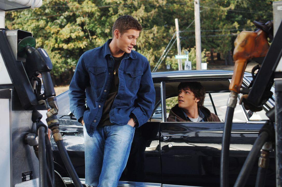 Sam (Jared Padalecki, r.) und Dean (Jensen Ackles, l.) kommen einem alten College-Freund von Sam zur Hilfe, nachdem dieser für einen Mord verantwort... - Bildquelle: Warner Bros. Television