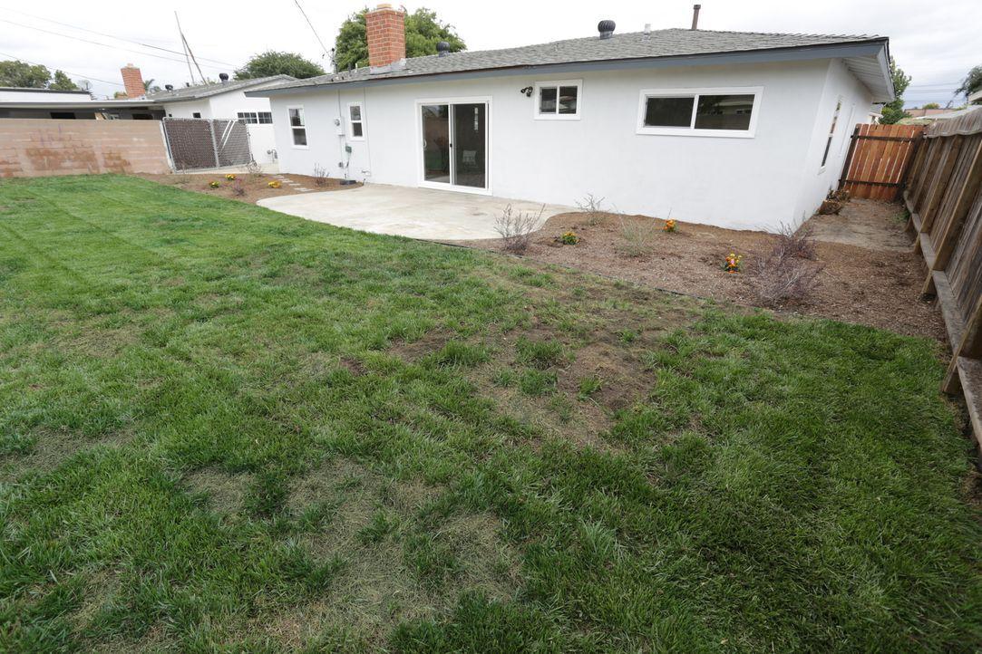 Um das Haus mit großzügigem Garten im Bezirk Orange County in Kalifornien wurde sich lange nicht gekümmert. Bis jetzt: Das Makler-Ehepaar Tarek und... - Bildquelle: 2016,HGTV/Scripps Networks, LLC. All Rights Reserved