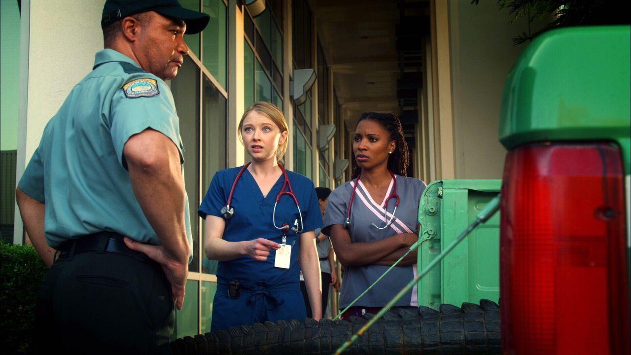 Game Warden (Christopher Michael, l.) liefert einen tierischen Patienten: Da sich der Fuß eines Patienten im Magen des Alligators befindet, bleibt... - Bildquelle: Warner Brothers