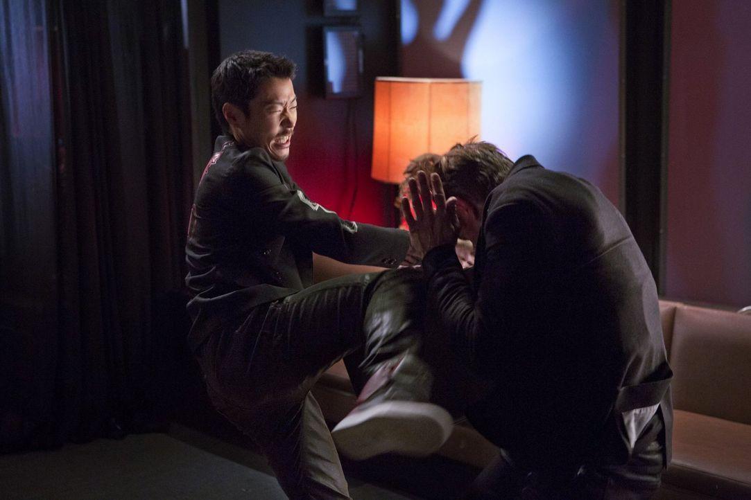 Kann Russell (Aaron Yoo, l.) einen Auftragskiller außer Gefecht setzten? - Bildquelle: Warner Bros. Entertainment, Inc