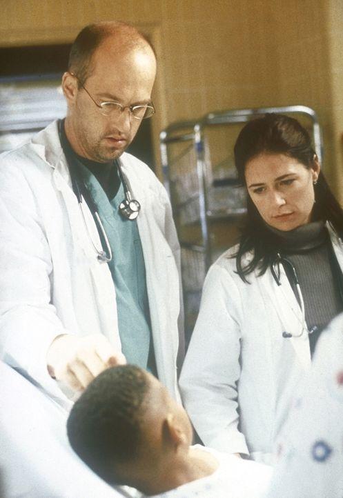 Abby (Maura Tierney, r.), die neue Ärztin im Praktikum, hat es an ihrem ersten Tag nicht leicht. Dr. Greene (Anthony Edwards, l.) nimmt sie mit auf... - Bildquelle: TM+  2000 WARNER BROS.