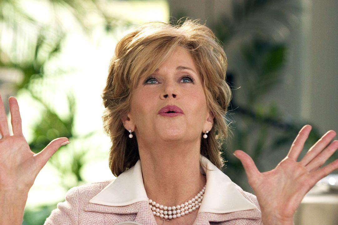 Viola (Jane Fonda), TV-Moderatorin im Zwangsruhestand, ist entsetzt, als ihr einziger Sohn ausgerechnet die keinesfalls standesgemäße Hundesitterin... - Bildquelle: Warner Bros. Pictures