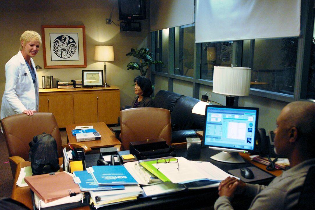 Die Invasion der neuen Kollegen bringt für alle Probleme mit: Izzie (Katherine Heigl, l.), Webber (James Pickens Jr., r.) und Missy Grant (Freda Foh... - Bildquelle: Touchstone Television