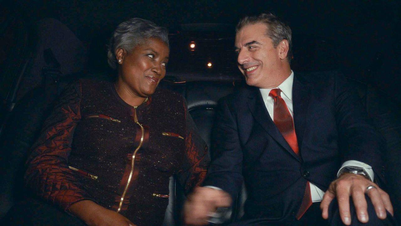 Peter (Chris Noth, r.) nutzt eine Firmenfeier, um auch mit der politischen Strategin Donna Brazile (Donna Brazile, l.) ins Gespräch zu kommen ... - Bildquelle: 2013 CBS Broadcasting Inc. All Rights Reserved.