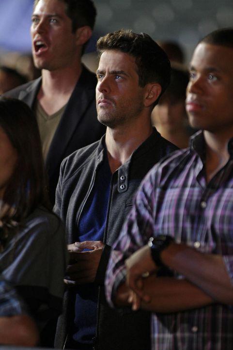Der Talentscout Ethan Ward (Dustin Milligan, M.) sieht sich den Auftritt von Adrianna ganz genau an. Ob sie alles geben wird und mit ihrer Stimme be... - Bildquelle: 2013 The CW Network. All Rights Reserved