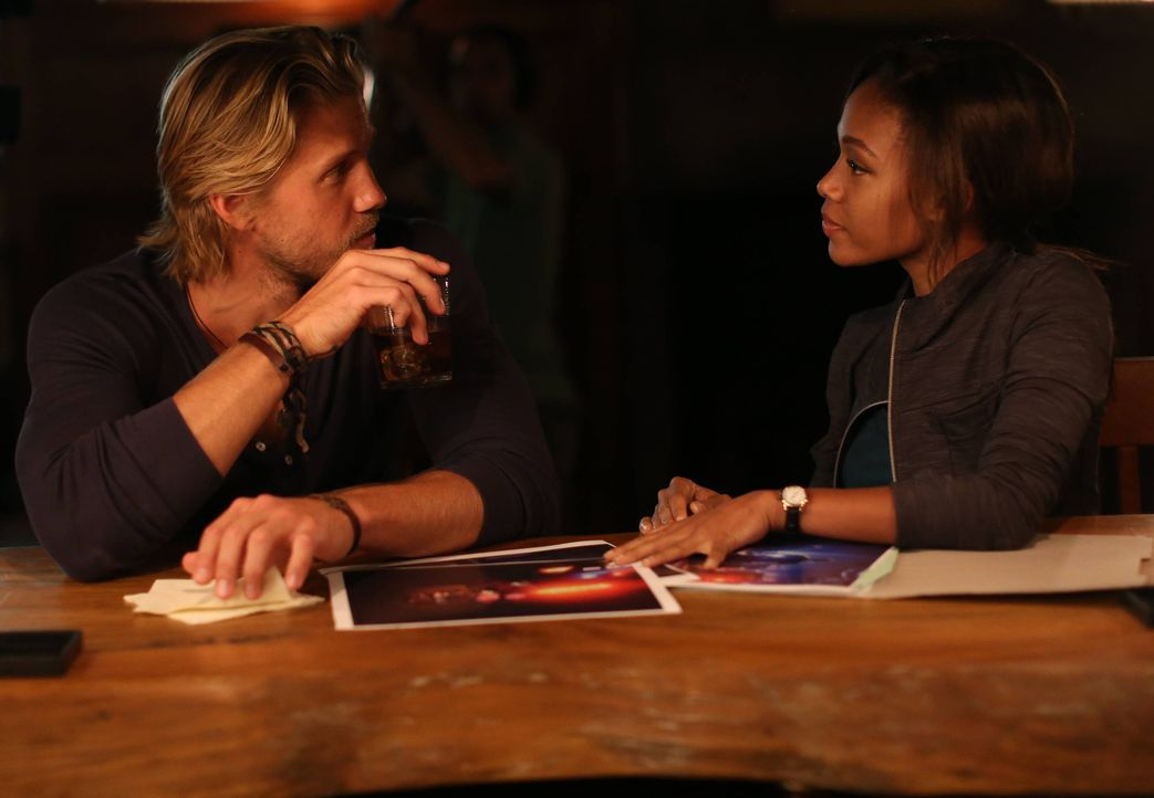 Eigentlich hatte Abbie (Nicole Beharie, r.) gehofft, wichtige Infos zu ihrem neusten Fall von Hawley (Matt Barr, l.) zu bekommen, aber der Abend ver... - Bildquelle: 2014 Fox and its related entities. All rights reserved