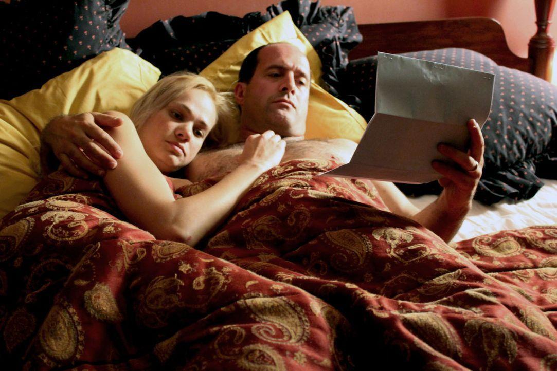 Mike MacKool (r.) kann seine junge Freundin Leslie Ballard (l.) beeinflussen, aber wird sie echt alles für ihn tun? - Bildquelle: M2 Pictures