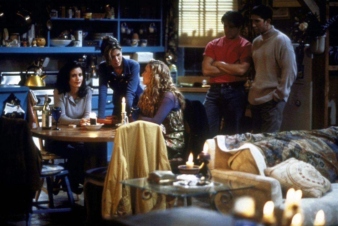 Monica (Courteney Cox, l.), Rachel (Jennifer Aniston, 2.v.l.), Phoebe (Lisa Kudrow, 3.v.l.), Joey (Matt LeBlanc, 2.v.r.) und Ross (David Schwimmer,... - Bildquelle: TM+  2000 WARNER BROS.