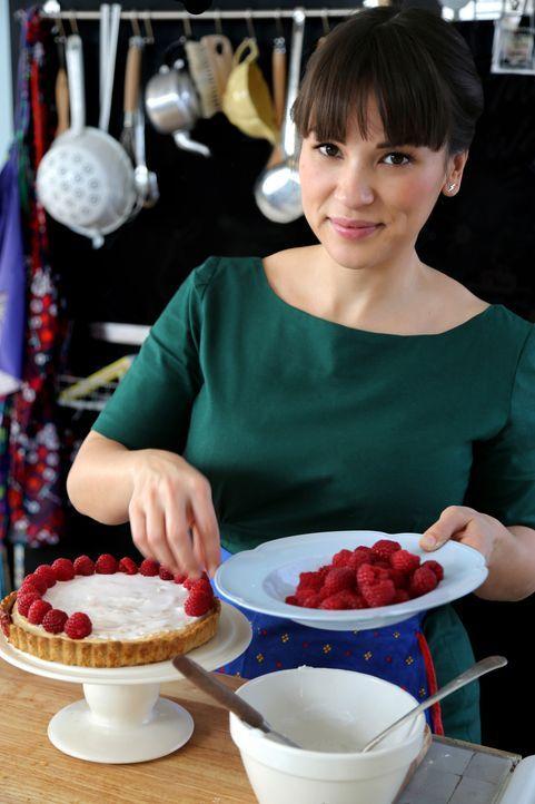 Wieder in London backt Rachel einen Preiselbeer-Himbeer-Marzipan-Kuchen ... - Bildquelle: Richard Hall BBC 2014