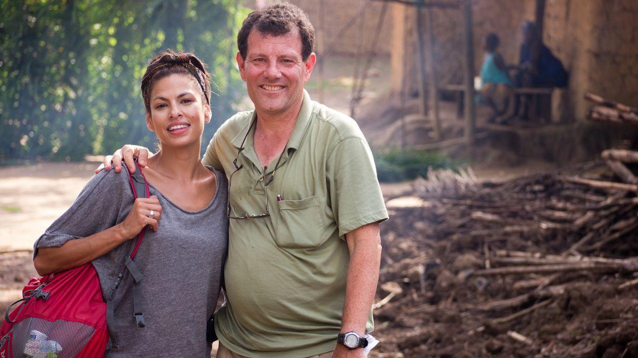 Eva Mendes (l.) begleitet den Pulitzer-Preisträger Nicholas D. Kristof (r.) auf seiner Reise nach Sierra Leone. - Bildquelle: Fremantle