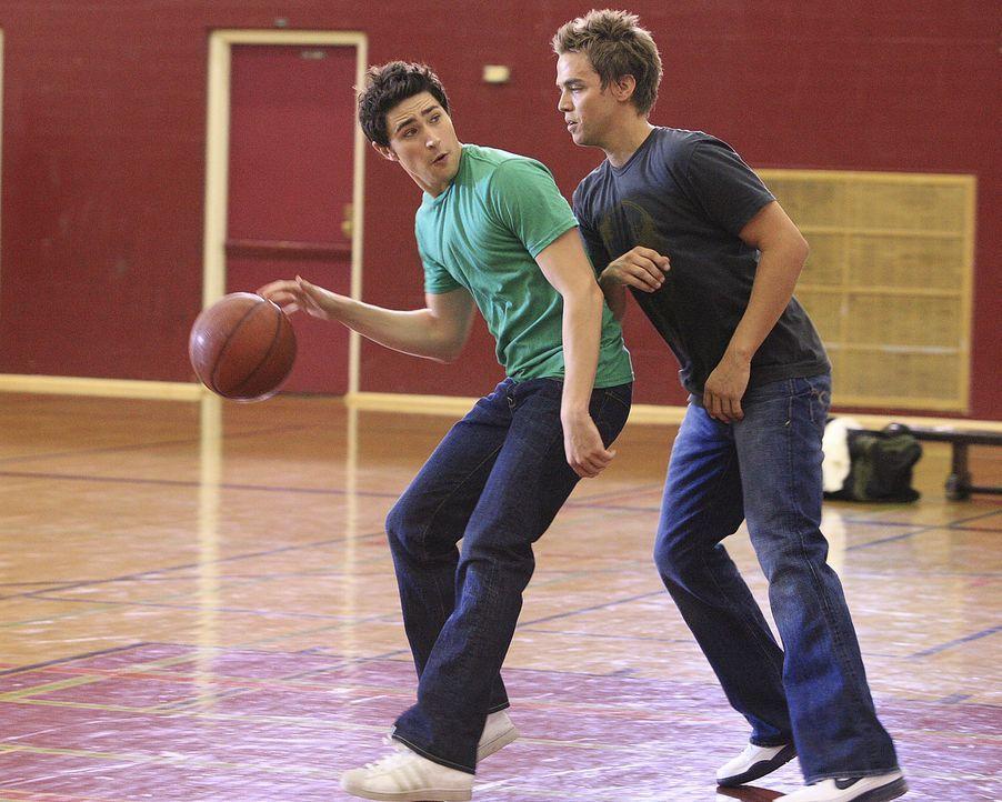 Declan (Chris Olivero, r.) und Kyle (Matt Dallas, l.) wollen es wieder einmal wissen ... - Bildquelle: TOUCHSTONE TELEVISION
