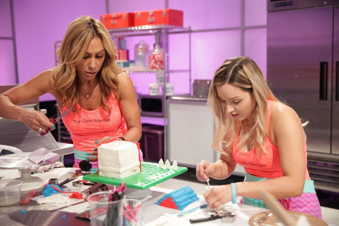 """Bäckerin Janelle Copeland (l.) und ihre Assistentin Sabrina Jurado (r.) geben ihr Bestes, um die """"LEGO""""-Back-Challenge zu gewinnen ... - Bildquelle: 2015, Television Food Network, G.P. All Rights Reserved"""