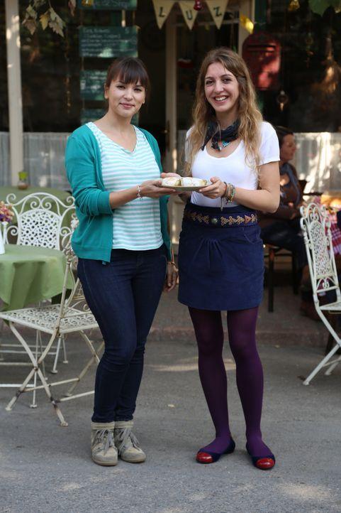 In dem kleinen Café von Buket (r.) fühlt sich Rachel (l.) fast wie zu Hause und findet doch neue Inspiration ... - Bildquelle: Richard Hall BBC 2014